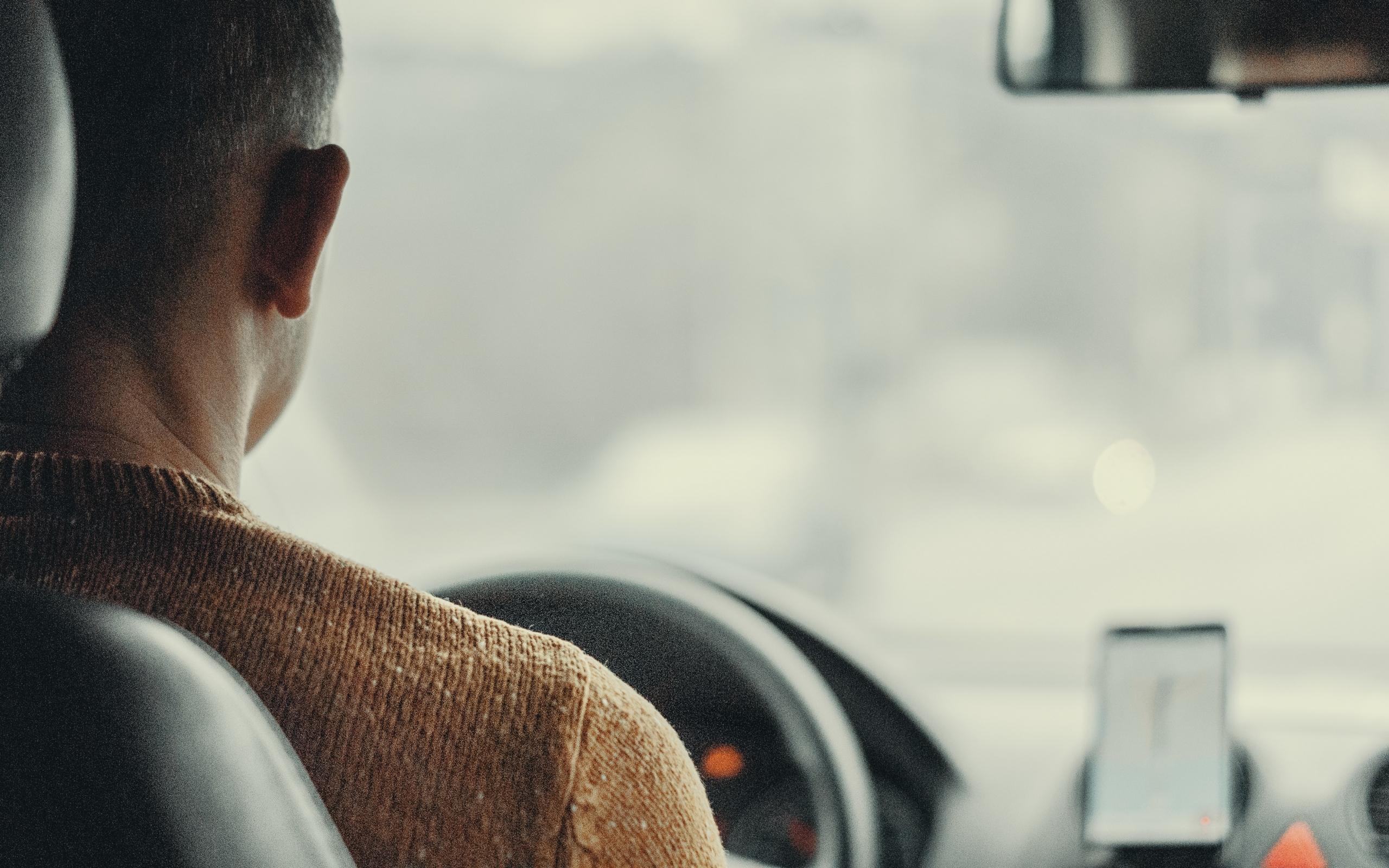 Taxichauffeur-rijdt-in-een-taxi